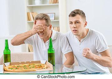 vader, volwassene, zoon, bier, drinkt
