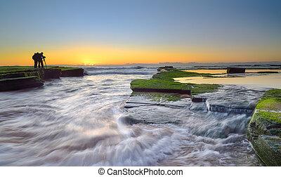 vague, fluxs, sur, a mûri, rochers, et, galets, à, groupe, de, photographe, à, turimetta, rocher plage, étagère, dans, sunrise., sydney, australie