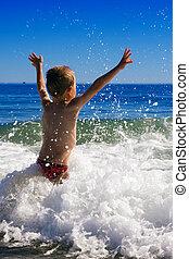 vagues, jouer, jeune enfant