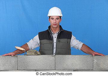 vakman, met, zijn, armen, het rusten op, concrete muur