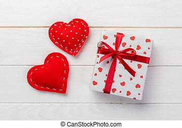 valentijn, papier, ontwerp, tafel, wrapper., ruimte, bovenzijde, met de hand gemaakt, anderen, witte , vakantie, lege ruimte, kadootjes, kopie, kado, doosje, cadeau, houten, rood, hartjes, of, aanzicht