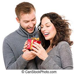 valentine, jeune couple, gift., valentin, jour, présent, heureux