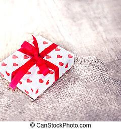 valentinestag, geschenkschachtel, mit, herzen, auf, hölzern, hintergrund