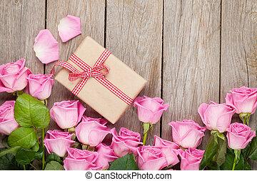 valentinestag, hintergrund, mit, rosafarbene rosen, aus, holztisch, und