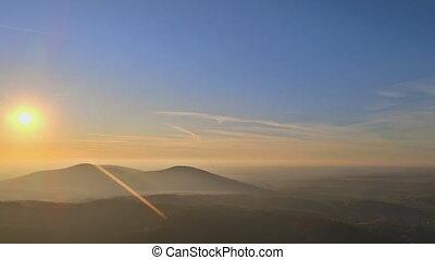 vallée montagne, naturel, automne, brumeux, vue, levers de ...