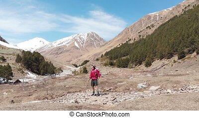 vallée montagne, trekking, short, polonais, vue, promenades, aérien, casquette, long, montagnes, élevé, sac à dos, homme