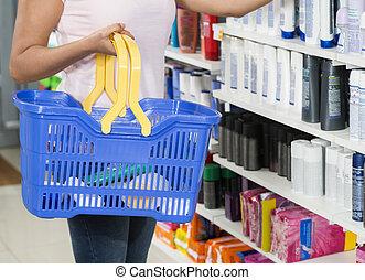 valor en cartera de mujer, canasta de compras, en, farmacia