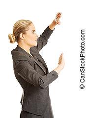 valor en cartera de mujer, copyspace, manos