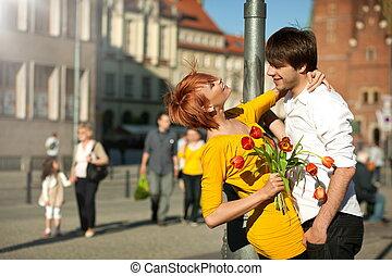 valor en cartera de mujer, ramo de la flor, sonriente, en, man.