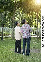 vandrande, äldre, Asiat, synhåll, baksida, kvinnor