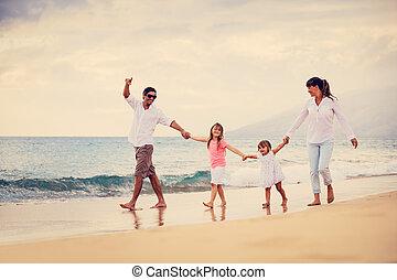 vandrande, familj, solnedgång, ha gyckel, strand, lycklig