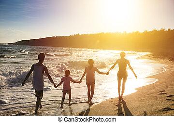 vandrande, familj, ung, solnedgång strand, lycklig