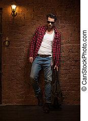 vandrande, hans, sol, glasögon, väska, svart, räcker, sexig, framfusig,  man