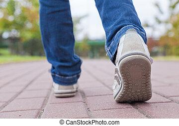 vandrande, in, reko kille skor, på, trottoar