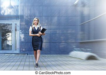 vandrande, kvinna, gata, affär