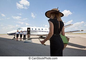 vandrande, kvinna, jet, mot, terminal, flygplats, mot, ...