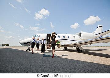 vandrande, kvinna, jet, privat, terminal, flygplats, mot, ...
