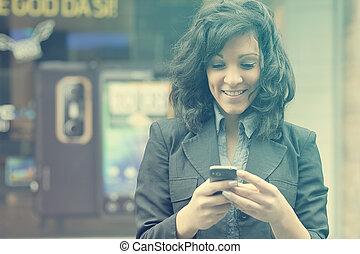 vandrande, kvinna, mobil, ung, ringa, gata, användande