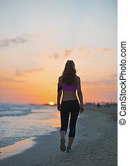 vandrande, kvinna, skymning, ung, fitness, strand, baksidaen...