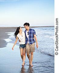 vandrande, lycklig, strand, par, ung