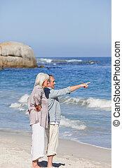 vandrande, par, äldre, strand