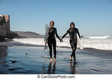 vandrande, par, sand, surfarear, kust, svart, skratta, hav, längs, lycklig