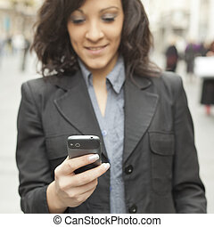 vandrande, smartphone, affärskvinna, fokusera, ringa, gata.