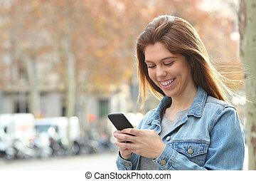 vandrande, texting, ringa, gata, tonåring, lycklig