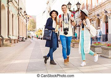 vandrande, tre, under, lycklig, vänner, sightseeing