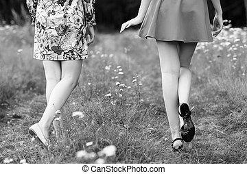 vandrande, ung, park., synhåll, baksida, kvinnor