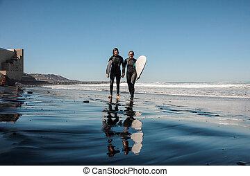 vandrande, ungt par, sand, surfarear, kust, svart, skratta, hav, längs