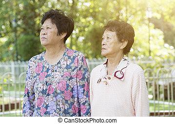 vandrande, utomhus, Asiat, äldre, kvinnor