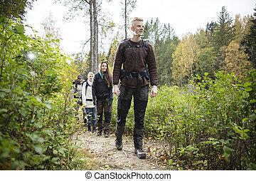 vandrande, vandrare, skugga, skog, manlig, vänner