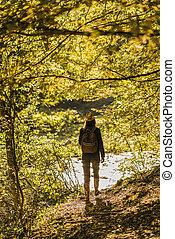 vandrare, dam, med, ryggsäck, på, a, skugga, korsning, den, flod
