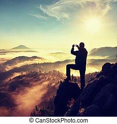 vandrare, man, fotografera, söt, dimmig, dal, från, ostadig, peak., man, på, klippa