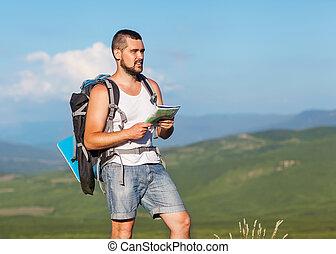 vandrare, med, ryggsäck, stående, på topp om, a, fjäll