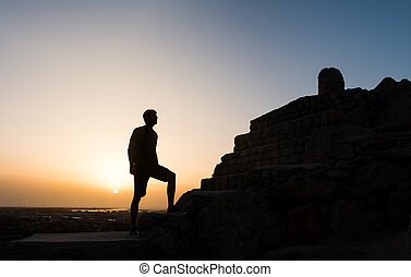 vandrare, på, den, fjäll toppa, hos, solnedgång