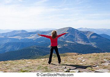 vandrare, stående, på, a, bergstopp, över, den, fjäll, med, uppresta händer