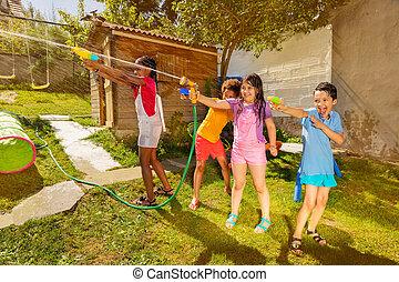 vapen, vatten, nöje, grupp, våt, ungar vilt, lek