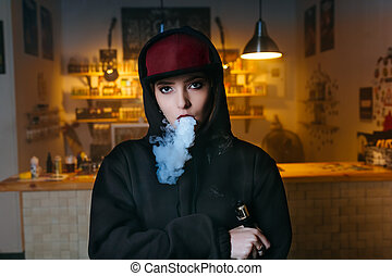 vaping, girl., fiatal, csípőre szabott, nő, vape, e-cig, -ban, a, vapeshop., hip-hop, style., closeup.
