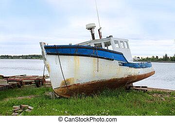 varado, barco de pesca