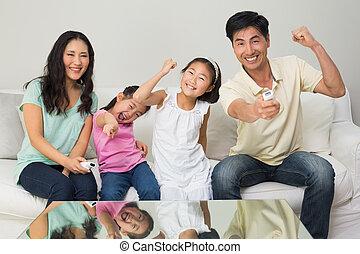 vardagsrum, familj, hållande ögonen på tv, fyra, lycklig