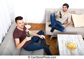 vardagsrum, vänner, två, öl, gå i flisor