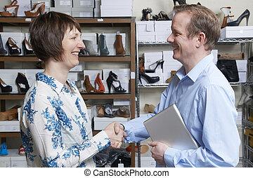 varejista, sapato, mãos, homem negócios, agitação, loja