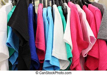variëteit, veelkleurig, shop;, hangend, hangers, ongedwongen, t-shirts, kleren