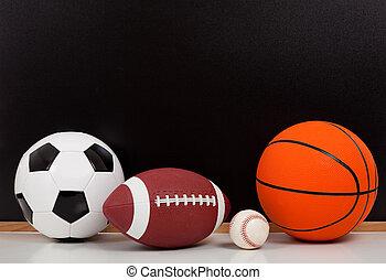 variado, deportes, pelotas, con, un, negro, pizarra, plano de fondo