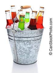variado, soda, botellas, en, cubo hielo