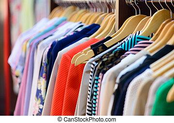 variedade, de, roupas, pendurar, prateleira, em, boutique