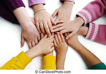 varios, niños, juntos, manos