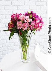 vaso, pieno, di, fiori coloriti, su, tavola